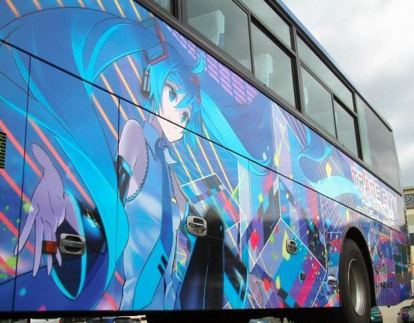 初音ミクの「TRANS CITY(トランス・シティー)」をPRする高速バスのラッピング=2013年10月、大分県別府市