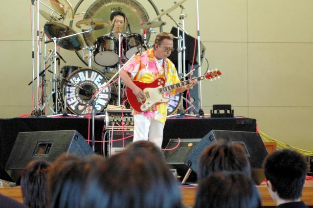 高校でライブをする寺内タケシさん
