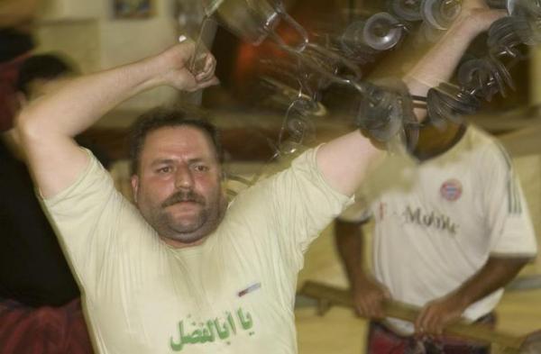 ズールハーネで鍛えるイランの男性