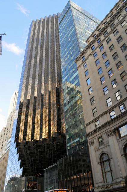 トランプタワーを見上げる。高すぎて5番街を走るバス(下)が写真に入りきらない=2月