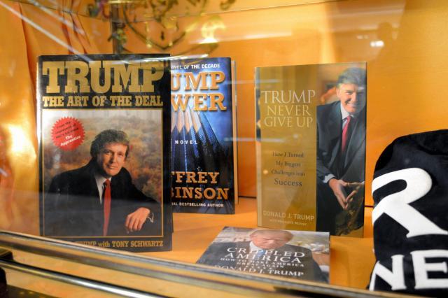 自伝や大統領選グッズが並ぶショーウィンドー=2月、トランプタワー1階