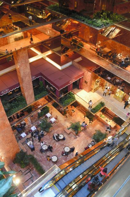 低層はカフェのある地下1階から吹き抜けで、金色の壁に囲まれている=2月、トランプタワー5階から