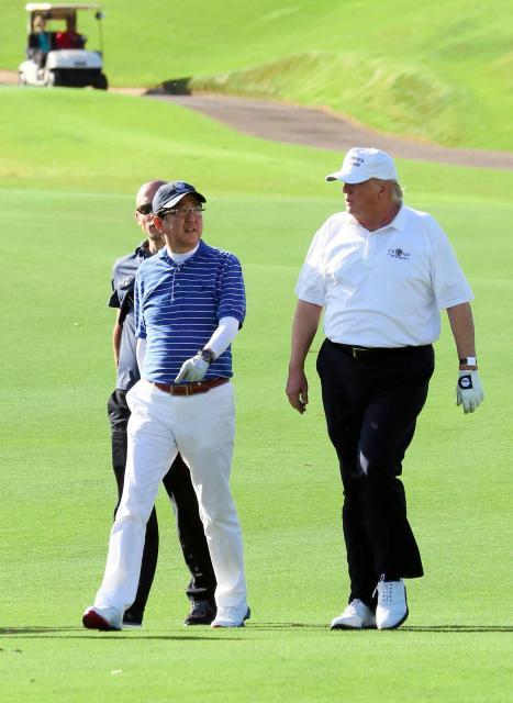 米フロリダ州・パームビーチでゴルフを楽しむ安倍晋三首相(左)とトランプ大統領=2月11日、内閣広報室提供