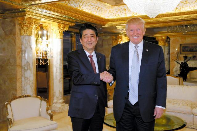 大統領選に勝利したトランプ氏に会うため、安倍晋三首相はニューヨークのトランプタワーに足を運んだ=2016年11月18日、内閣広報室提供