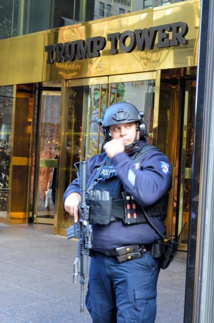 トランプタワー正面で警備するニューヨーク市警の警官。手にライフル=2月