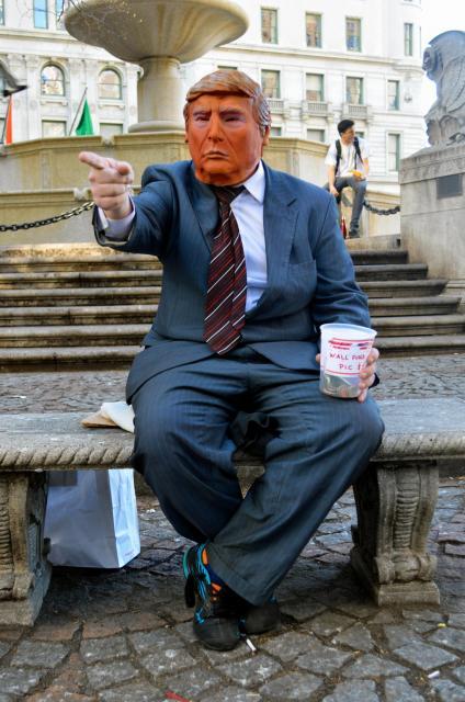 トランプ大統領のかぶり物をした人が、セントラルパークの南東角近くにある広場でポーズ。トランプタワーはすぐそこだ=2月