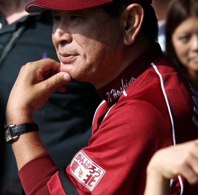 左袖に喪章と「がんばろう東北」のワッペンをつけたユニホームで練習を見守る楽天・星野監督(当時)=2011年4月11日、QVCマリンフィールド