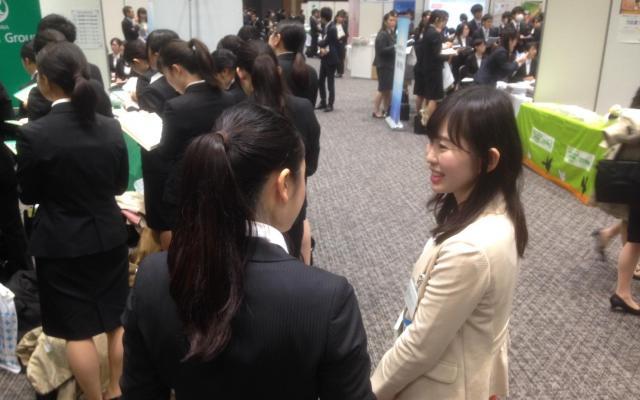 金融業界の就活フォーラムの様子。企業側(右)はオフィスカジュアルな服装=東京都新宿区