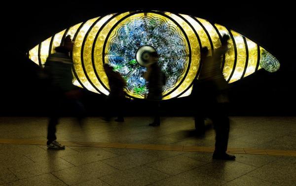 再び点灯を始めた「新宿の目」=2015年2月、東京・新宿、関田航撮影