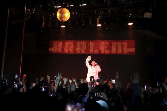 ダンスフロアは観客で満杯に=2月26日未明、東京・渋谷のハーレム