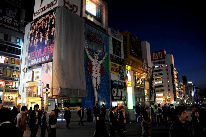 東日本大震災後に消灯されたグリコの看板=2011年3月25日、大阪市中央区