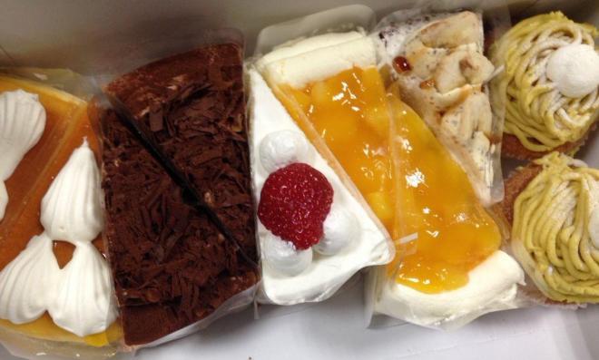 当日朝に届いたケーキの山