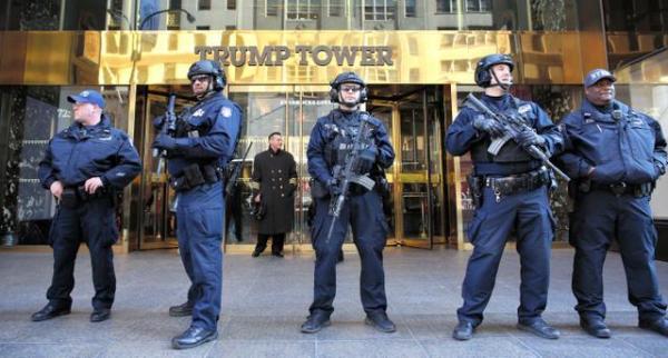 重武装の警官に警備されるトランプ・タワー=2016年11月、矢木隆晴撮影