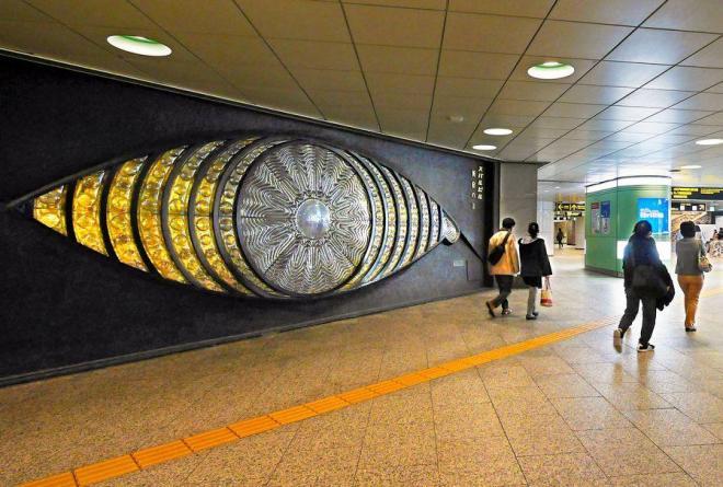 駅西口の地下、新宿スバルビル壁面の「新宿の目」(宮下芳子作)。1970年から人々を見つめてきた=2014年11月、東京都新宿区