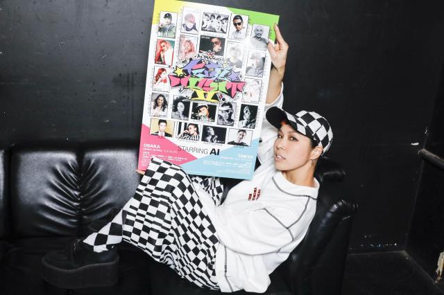 「伝説NIGHT Ⅱ」のポスターを掲げるAIさん