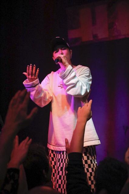 ライブの最後は観客と「ハピネス」を大合唱した=2月26日未明、東京・渋谷のハーレム