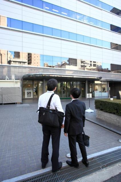 ドキドキしながら大阪市内にある株式会社マンダムの本社へ入る私と男性ライター