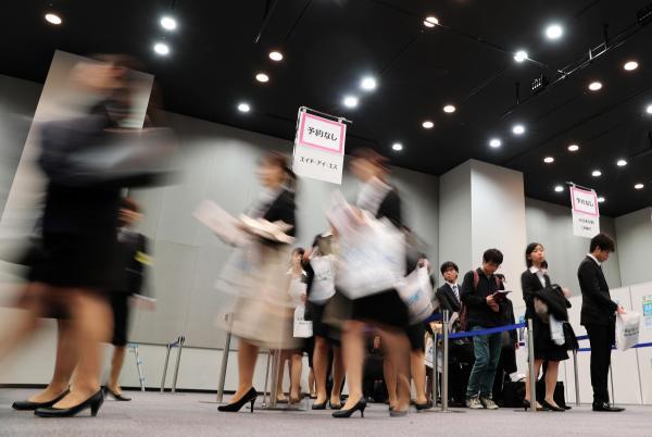 企業の合同説明会の会場に集まった学生ら=2017年3月1日、東京都渋谷区、関田航撮影