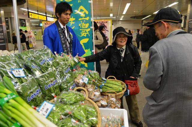 福島産農産物の魅力をPRしようと、JR秋葉原駅で開かれた「ふくしま応援産直フェア」=2013年4月25日