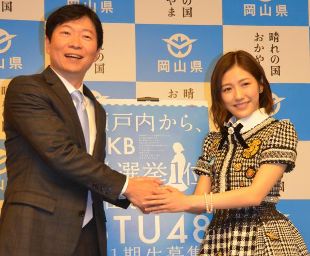 AKB48の渡辺麻友さんと握手をする伊原木隆太・岡山県知事