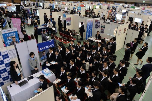 企業ごとに仕切られたブースで、担当者の説明を聞く学生たち=2017年3月1日、名古屋市南区の日本ガイシホール、相場郁朗撮影
