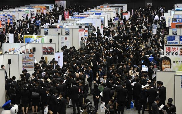 開場と同時に通路は学生でうまった説明会場=2017年3月1日、福岡市博多区、長沢幹城撮影