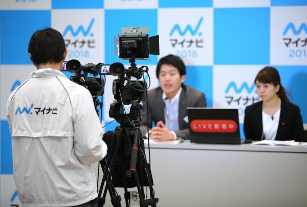合同説明会では、ビデオカメラが設置され、企業の採用担当者の話をネット中継していた=2017年3月1日、東京都渋谷区、関田航撮影