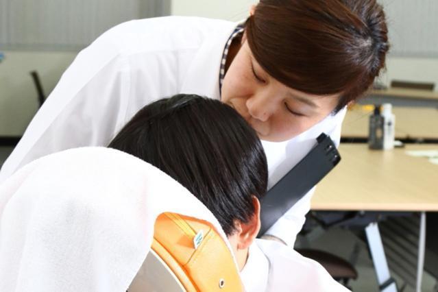 マンダムでは臭気判定士を含む嗅覚評価専門の研究員が、ワキや頭、足、体幹部分など、体のあらゆる部位のニオイを直接、鼻で嗅いで測定し、解析・分析を行い、製品開発に活かしている。これまでに延べ1,000人以上のニオイを測定してきた。