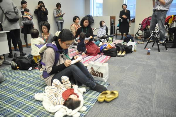 赤ちゃんが遊べるマット=2017年3月7日、東京都千代田区の衆議院第2議員会館