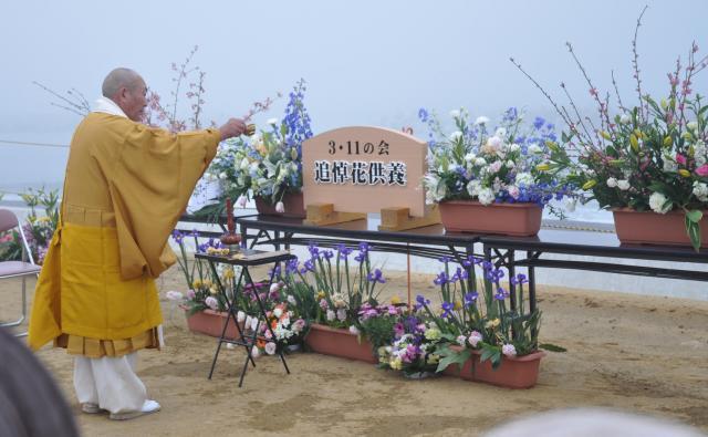 記者は昨年、3月11日生まれの「311生の会」に参加し、東日本大震災で亡くなった人を供養した=2016年3月、福島県いわき市