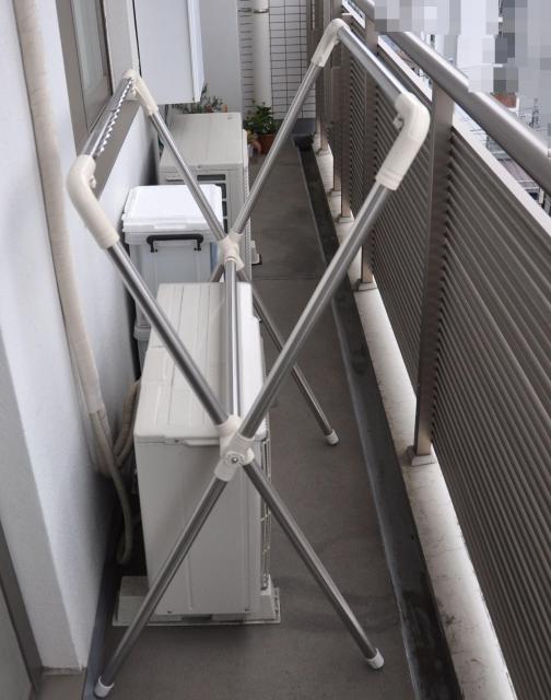 記者宅のベランダ。右側にある柵の高さは120センチ、ベランダの奥行き(壁と柵の距離)は85センチ。NPOが写真を分析する際、屋外背景をぼかすという(画像の一部を加工しています)