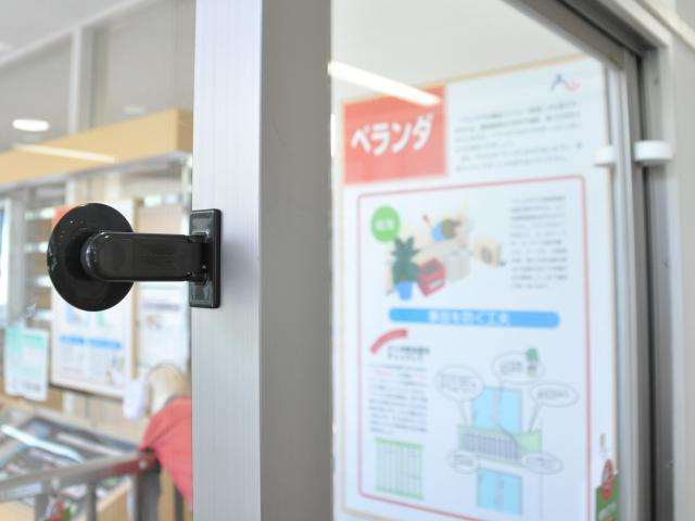 吸盤タイプでドアが一定以上開かないようにする商品もある=京都市の「京あんしんこども館」