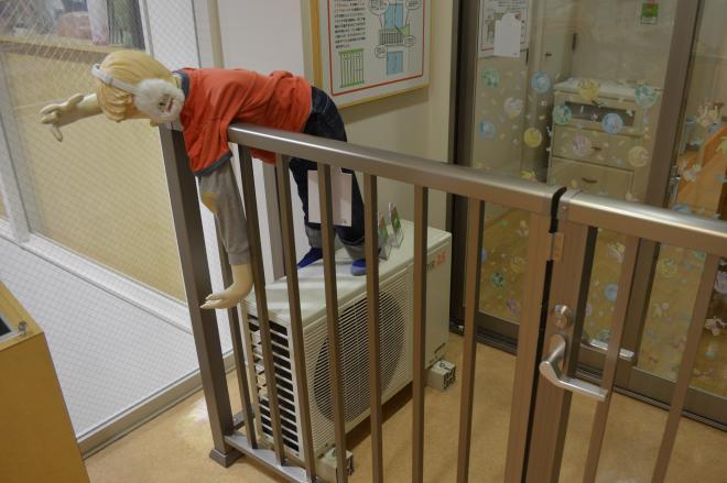 ベランダから幼児が転落する危険を再現したモデルルーム=京都市の「京(みやこ)あんしんこども館」