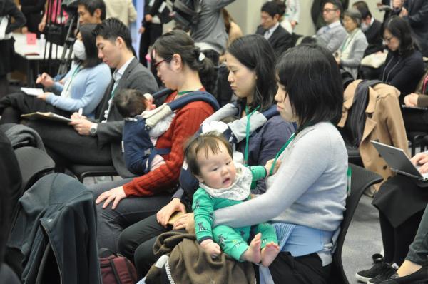 エルゴベビーを着用する参加者の姿も=2017年3月7日、東京都千代田区の衆議院第2議員会館