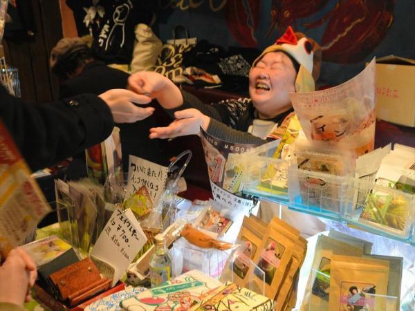 「とりみカフェ ぽこの森」のブースで、鳥の帽子をかぶって接客する梅川さん。お客さんの話に「素晴らしインコ!」などと相づちを打っていました