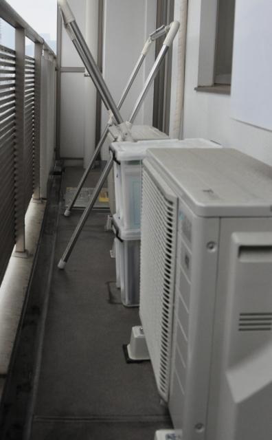 室外機と柵の間は45センチほど離れている。室外機の上面から柵の手すりまでの高さは60センチほど