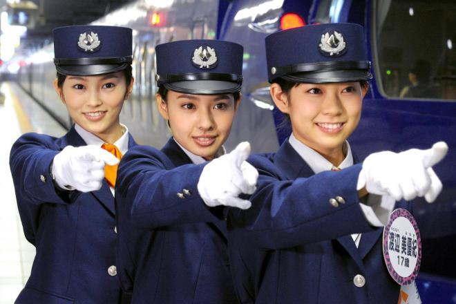 左からNMB48の山本彩さん、山田菜々さん、渡辺美優紀さん=南海電鉄・関西空港駅