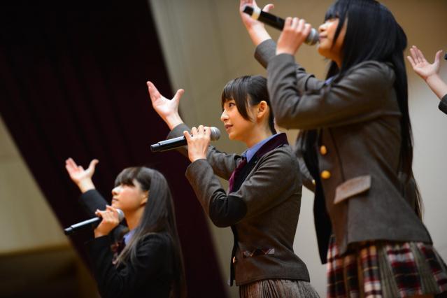 岩手県陸前高田市でライブを行う篠田麻里子さん(中央)=2013年3月11日