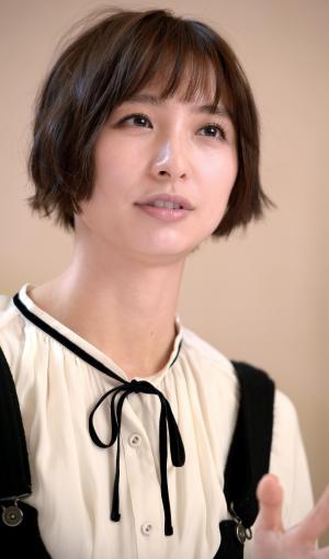 取材に答える篠田麻里子さん=2016年2月、西田裕樹撮影