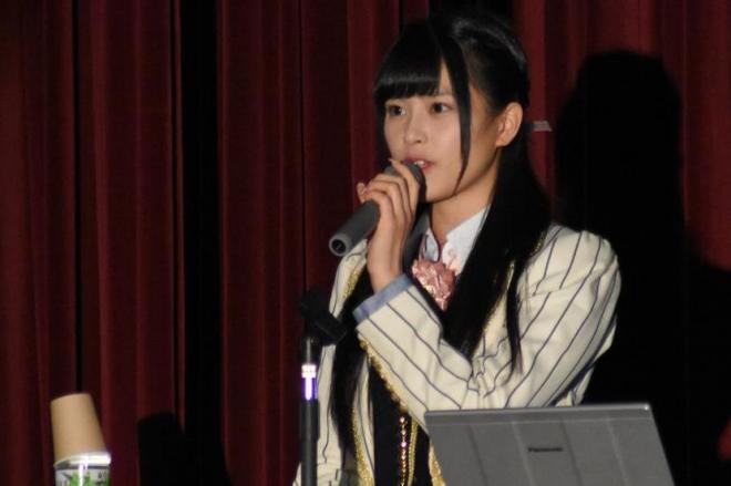 自身で考察した「アイドル論」を発表するAKB48チームAのメンバー田北香世子さん