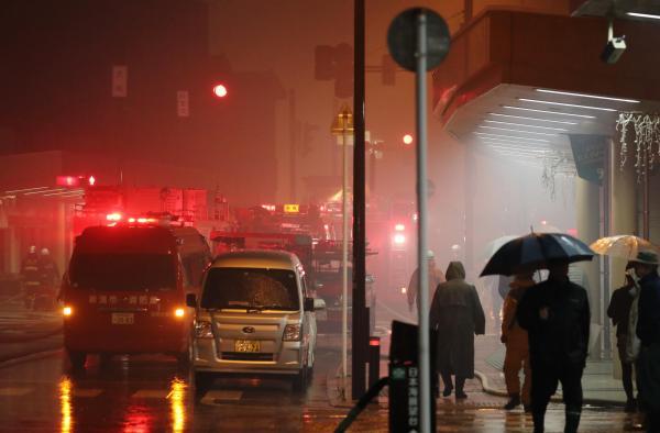 火災発生当日、糸魚川市に入ると、糸魚川駅前の通りは白く煙り、多くの消防車がひしめいていた=2016年12月22日夜、新潟県糸魚川市、関田航撮影