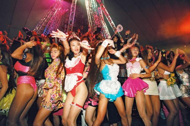 コンサートとディスコを合体させたパーティーの「お立ち台」で、思い思いの衣装を着て踊る女性たち =1994年8月29日、東京ドーム