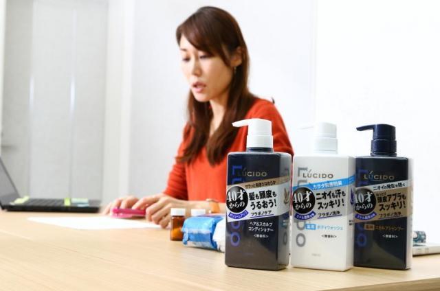 商品PR室の奥田志保さん。マンダムの「ルシード」は『40才からの』ミドル男性に向けたブランドで、ニオイケア製品も充実している。