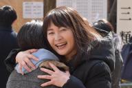 東大理3に合格した長女(左)と抱き合う佐藤亮子さん