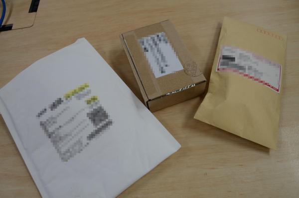 アマゾンで激安充電器を注文。封筒や紙箱など、簡素な包装で届いた