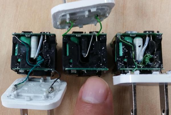 最も安かった充電器だけ、コイル状の部品が無かった