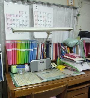 佐藤家では、子どもひとりにつき二つのカレンダーを用意。常に1カ月先の予定を意識する。