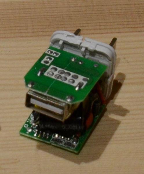 「あいさぽ」の望月さんが過去に見つけた、iPhone充電器の偽造品。中身がスカスカで、充電もできなかった