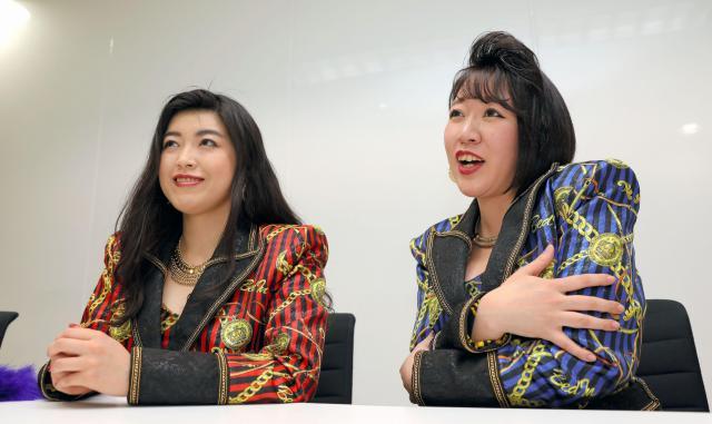 「ベッド・イン」の(左から)益子寺かおりさんと中尊寺まいさん=2017年2月22日、東京都文京区、林紗記撮影