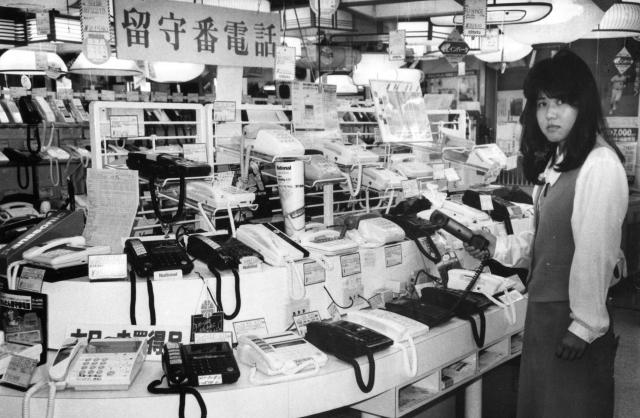 東京・秋葉原の家電店にズラリと並んだ留守番電話。売れ筋商品のため、特設コーナーを設けている店も多かった=1988年10月頃撮影